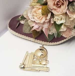 Jewelry - Gorgeous & Unique Gold Tone Brooch